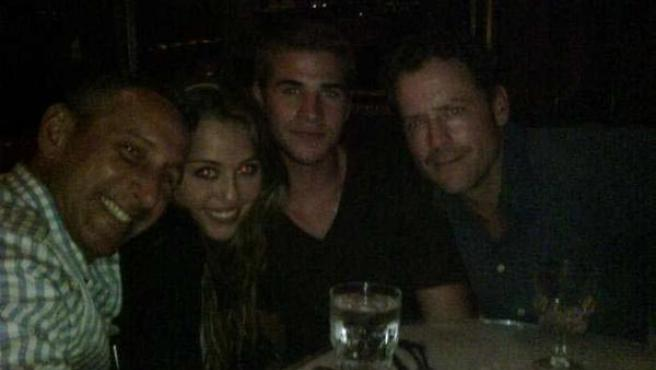 Miley junto Liam, en el centro, que trabajará con ella en 'Thee Last Song'.