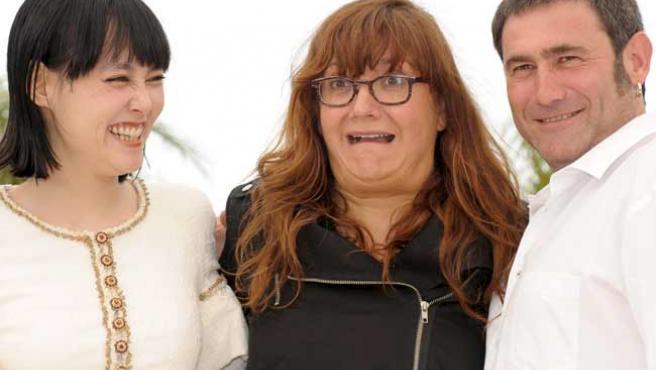 La actriz japonesa Rinko Kikuchi (i), la directora española Isabel Coixet (c) y el actor español Sergi Lopez (d), en Cannes.