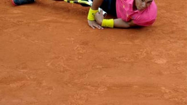 El tenista español Rafa Nadal, en el suelo, durante el duelo que mantuvo en Roland Garros ante Soderling.