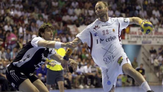 Olafur Steffanson, del Ciudad Real, lanza a portería ante Marcus Ahlm, del Kiel, en la final de la Liga de Campeones.