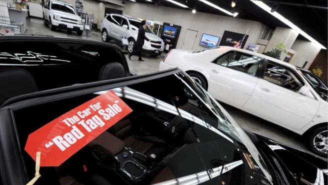 Etiqueta roja que marca el descuento en uno de los vehículos de un concesionario General Motors