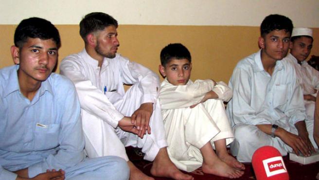 Varios jóvenes paquistaníes, que fueron conducidos para evitar su secuestro, conversan con la prensa en Bannu.