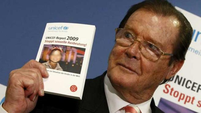 El ex actor Roger Moore presenta el informe 'Frena la explotación sexual'.
