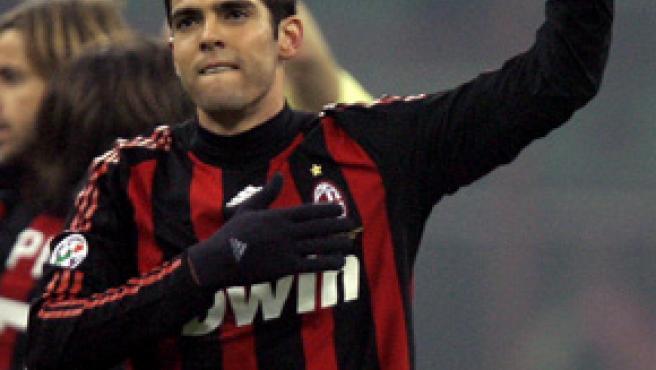 Kaká se despide de sus aficionados con la mano en el escudo del Milan. (REUTERS)