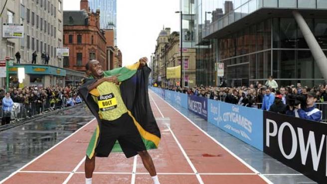 El jamaicano Usain Bolt celebra el récord de los 150 metros lisos en Manchester.