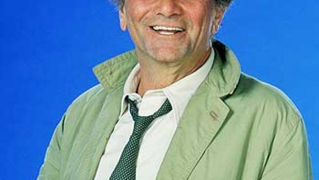 Peter Falk, caracterizado como Colombo.