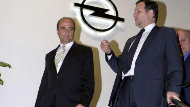 Miguel Sebastián, acompañado por el presidente aragonés, Marcelino Iglesias, durante su visita a Figueruelas.