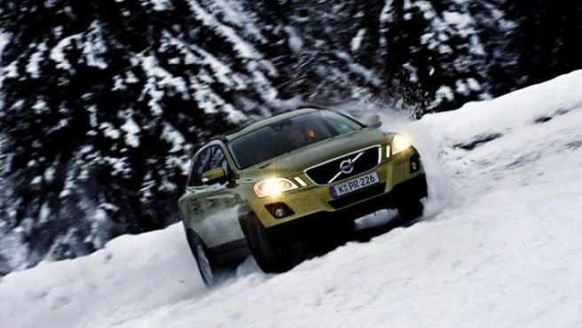El Volvo XC60 durante una prueba en la nieve.