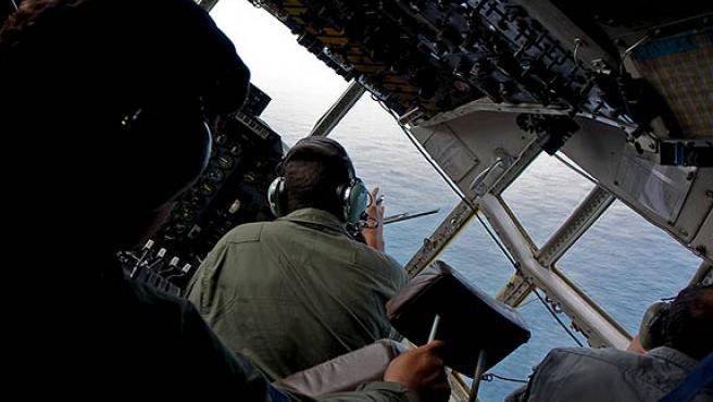 Un avión de la Fuerza Aérea brasileña busca restos del vuelo siniestrado de Air France en el Atlántico.