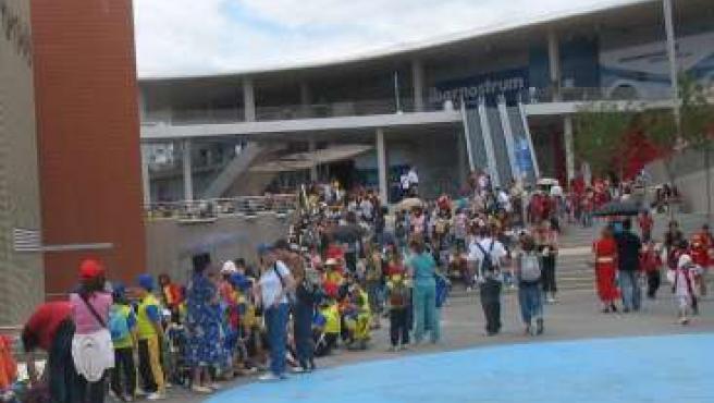 Cientos de asistentes a la espera para entrar a los pabellones de Expo de Zaragoza.