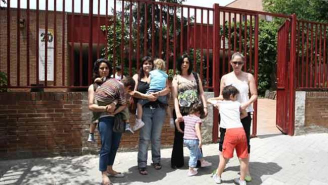 Las cuatro madres, con los pequeños, en su escuela.