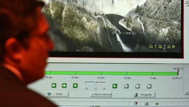 El embalse de El Atazar, en las pantallas de la sala de control del Canal.