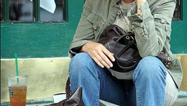 La actriz Tatum Oneal habla por teléfono.
