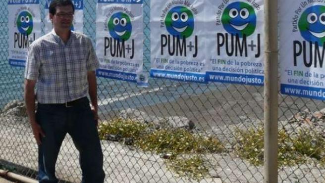 El candidato europeo del Partito por Un Mundo Más Justo, Ramiro Viñuales, en la pegada de carteles que hizo en la valla de Ceuta.