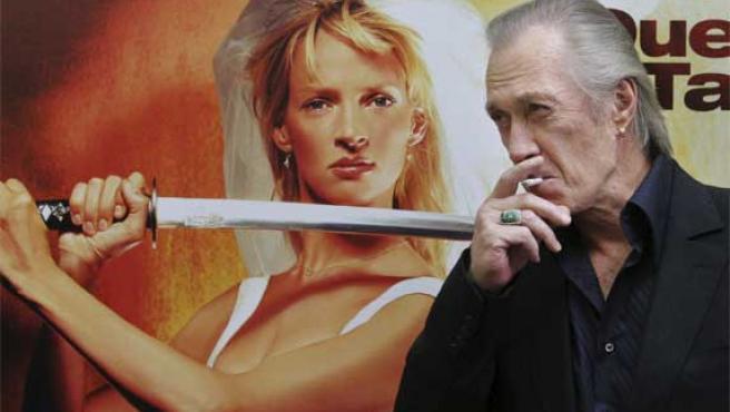 David Carradine posa junto al cartel de 'Kill Bill 2'.