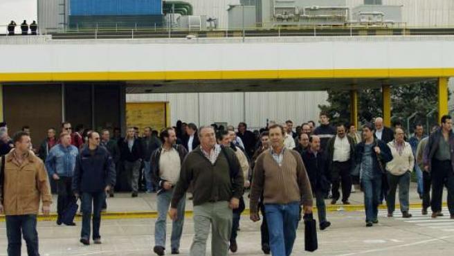 Trabajadores de Opel a la entrada de la fábrica de Figueruelas.