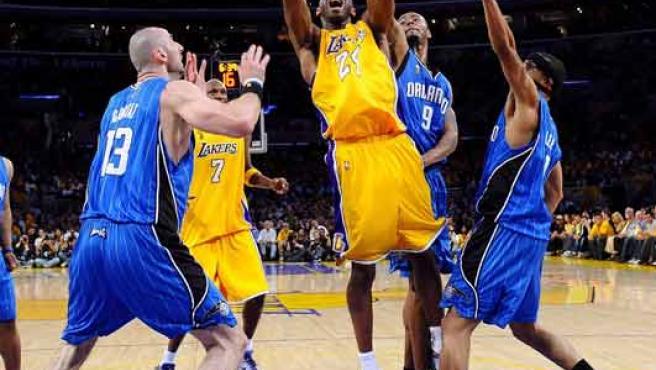 Kobe Bryant lanza a canasta, durante el partido celebrado en Los Ángeles.