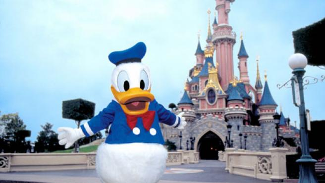 En la imagen aparece Donald junto al castillo que se encuentra en Disneyland París.