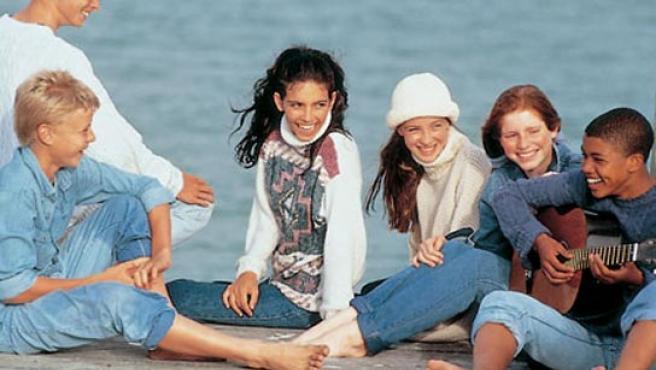 Un grupo de adolescentes conversando.