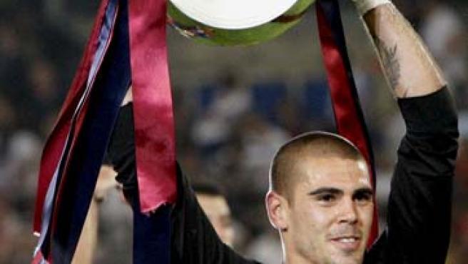 Víctor Valdés, portero del Barcelona, levantando la Champions League.