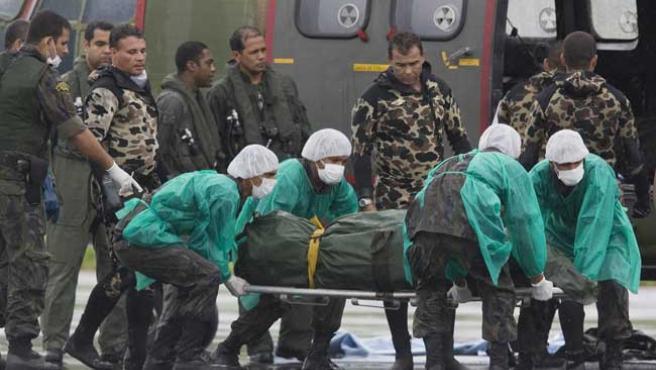 Llegada de un grupo de cadáveres rescatados al archipiélago Fernando de Noronha (Brasil), donde se estrelló el Airbus de Air France.