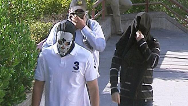 """Tres de los quince acusados de pertenecer al grupo neonazi """"Hammerskin-España"""" a su llegada a la Audiencia Provincial de Madrid."""