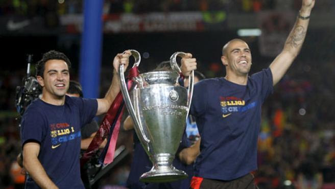 Xavi y Valdés portan la Copa de Europa en la celebración del FC Barcelona.