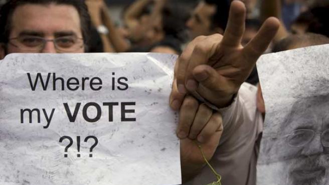 """""""¿Dónde está mi voto?"""", se pregunta un iraní durante una protesta en Teherán."""