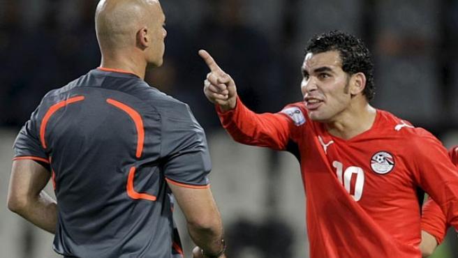 El jugador egipcio Ahmed Eid (d) se dirige al árbitro Howard Webb, después de que el colegiado señalara penalti a favor de la selección de Brasil.