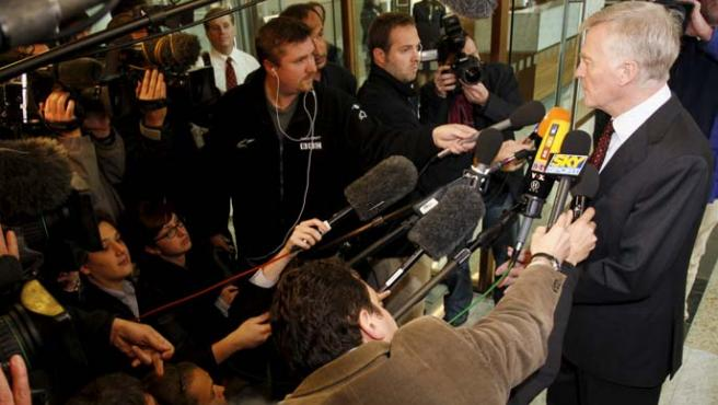 Mosley declara ante los medios de comunicación.