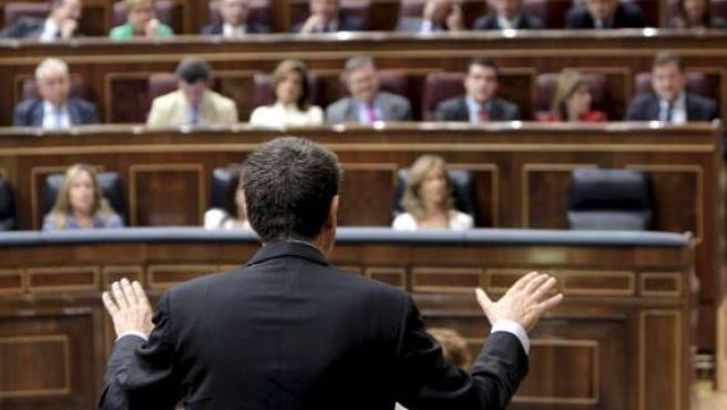 El presidente del Gobierno, José Luis Rodríguez Zapatero, responde a una pregunta durante la sesión de control al Gobierno.