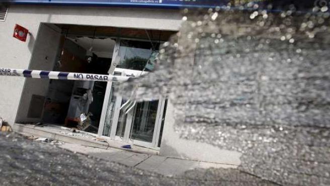 Desperfectos en Caixa Galicia en Vigo tras la explosión de una bomba de fabricación casera el miércoles 17 de junio.