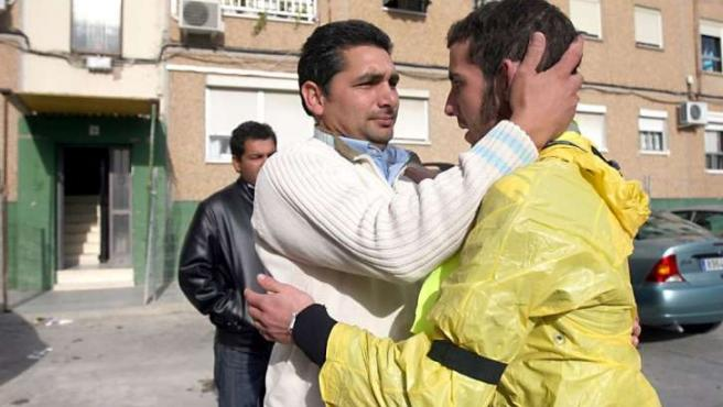 El atleta Jonathan Guisado se abraza con el padre de Mari Luz Cortés tras recorrer a pie el trayecto entre Córdoba y Huelva.