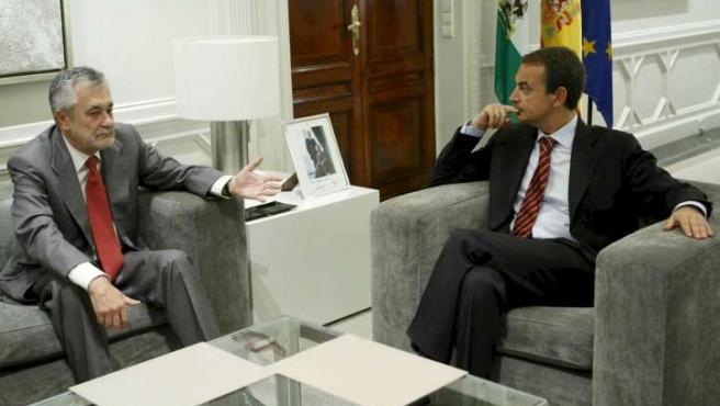 El presidente del Gobierno, José Luis Rodríguez Zapatero, charla en La Moncloa con el jefe del ejecutivo andaluz, José Antonio Griñán.