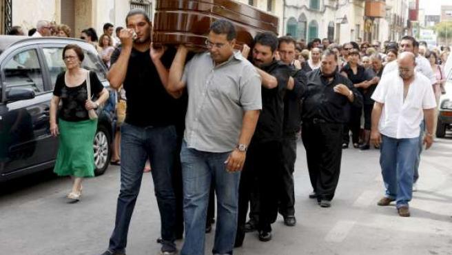 Decenas de familiares y amigos de Mari Paz acompañan el cortejo fúnebre camino del cementerio municipal de Alicante.