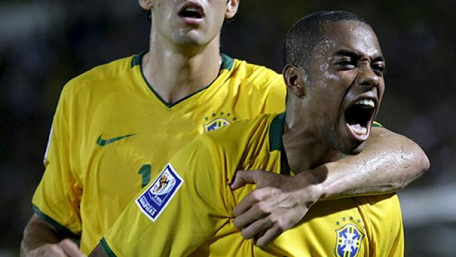 Robinho celebra, junto al madridista Kaká, un gol con Brasil.