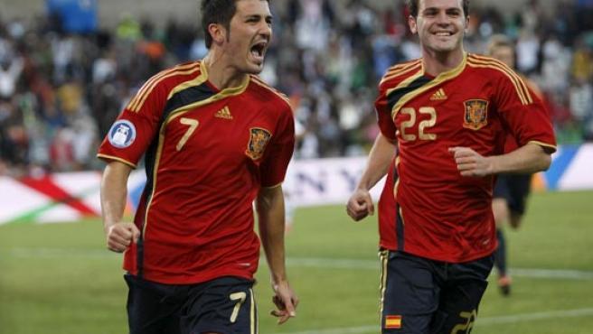 Los internacionales del Valencia Villa (i) y Mata celebran el tanto del primero.
