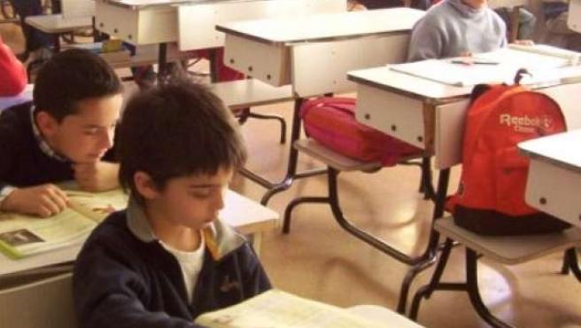 Alumnos estudiando en clase.