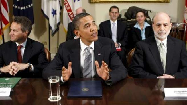 El presidente estadounidense, junto al secretario del Tesoro, Tim Geithner, y al presidente de la Reserva Federal, Ben Bernanke.
