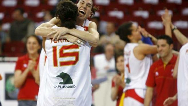 Alba Torrens (c) celebra junto a Anna Cruz la victoria de España.