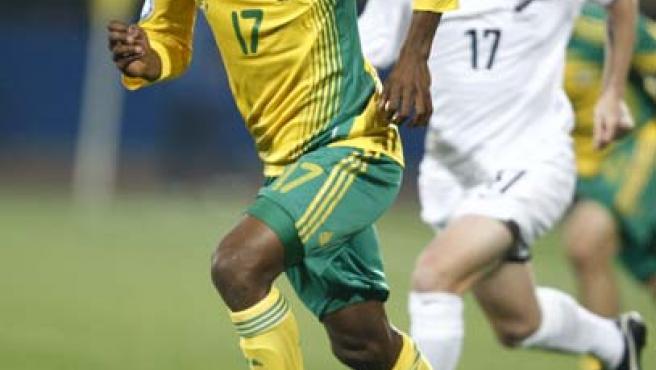 El sudafricano Bernard Parker (i) controla el balón.