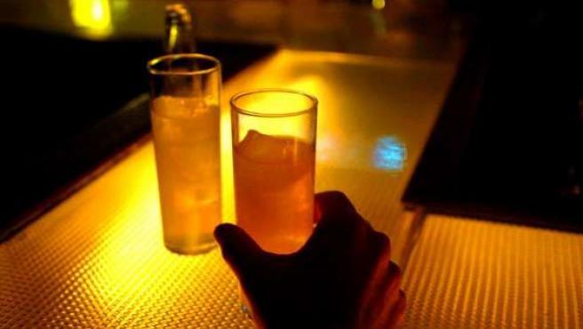 El garrafón es una práctica fraudulenta que puede provocar problemas serios de salud. (ARCHIVO)