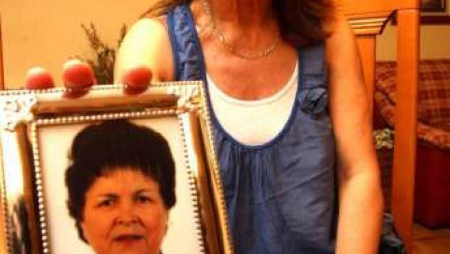 """Felisa muestra una fotografía de su madre a la que diagnosticaron """"nerviosismo"""" cuando estaba sufriendo un infarto."""