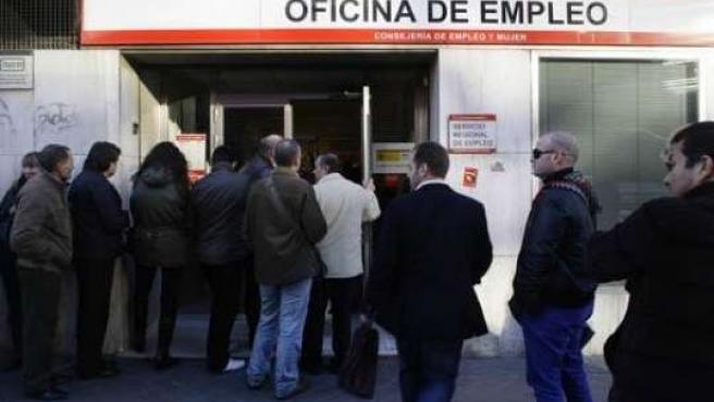 Un grupo de personas entra en una oficina de empleo.