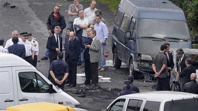 El ministro de Interior, Alfredo Pérez Rubalcaba, en el sitio del atentado en Bilbao.
