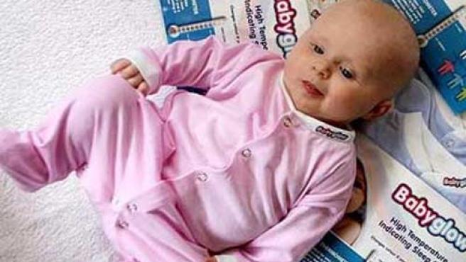 La ropa de este bebé se volverá blanca si tiene fiebre.