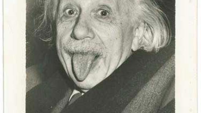 Subastan una copia firmada de una foto de Einstein.