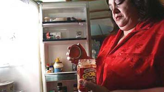 La mujer come descontroladamente mientras está sonámbula.