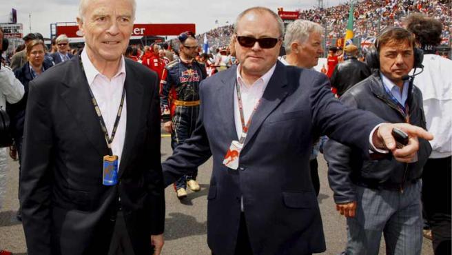 El presidente de la Federación Internacional del Automóvil (FIA), Max Mosley (izq), camina por circuito de Silverstone en Northamptonshire, Reino Unido.