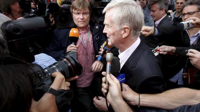 Max Mosley, presidente de la Federación Internacional del Automóvil (FIA), atiende a los periodistas.
